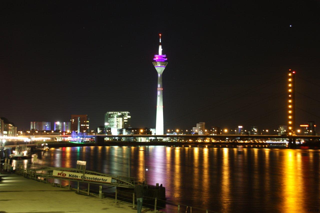 Vista nocturna de la torre de comunicacions